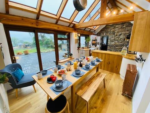 Cottage & log cabin with Hot Tub, Sauna & BBQ Hut