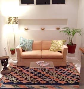 Cozy Courtyard Cottage - Apartment