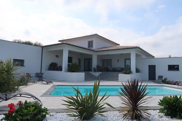 Villa familiale - piscine chauffée - plage à 5 min