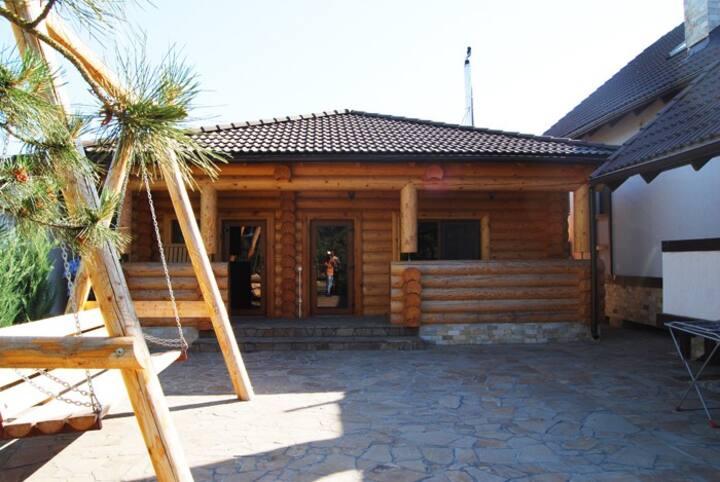 Деревянный дом на Дунае. Отдых на природе