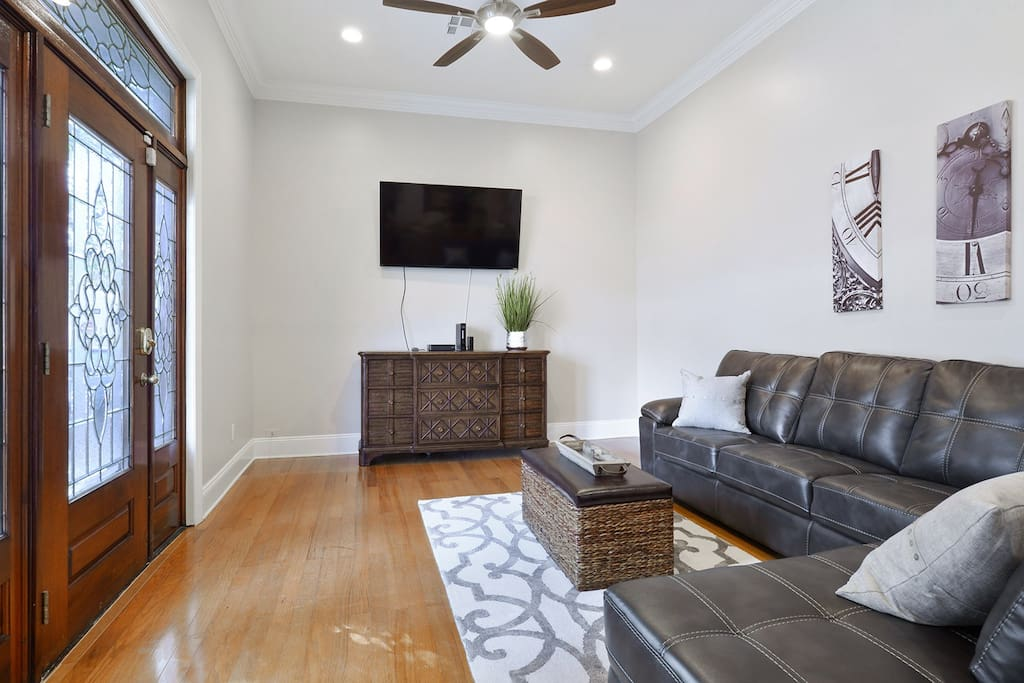 """Living Room w/60"""" SMART TV / Cable & WIFI"""