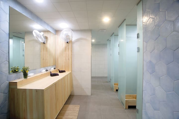샤워실입니다. 공용욕실이지만 개별부스로 되어있어 프라이버시 보장됩니다.