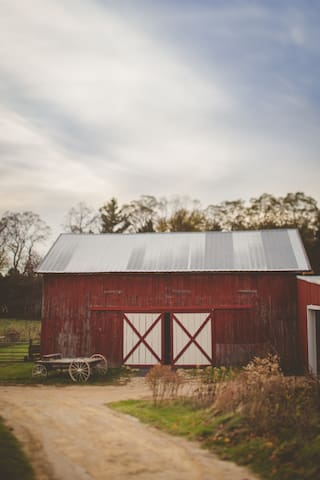 English Barn (available to farmhouse guests) - Evansville - Inny