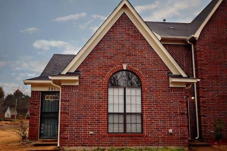 Cozy Townhouse in Memphis Suburb