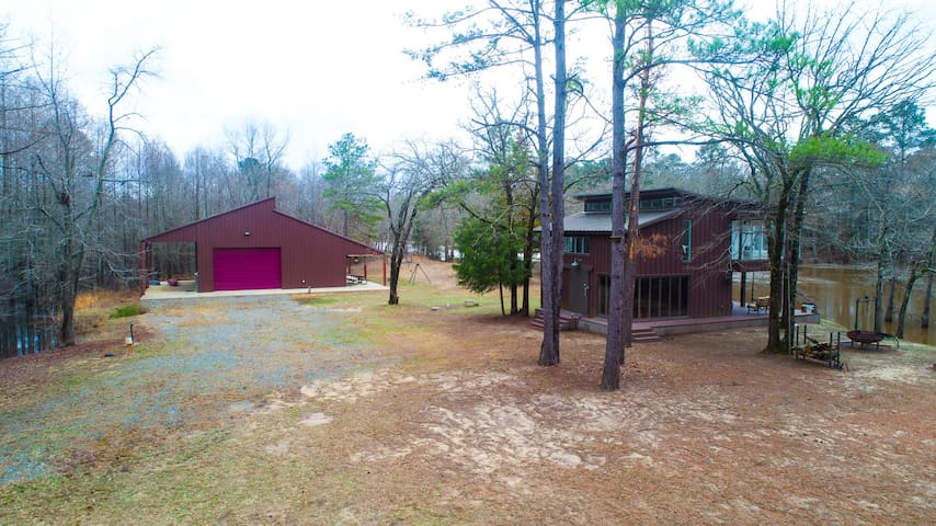 Black Bayou Cabin on Riverfront and Guest Home