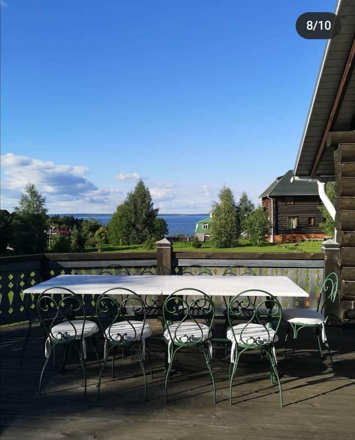 Зеленый домик с видом на Плещеево озеро.