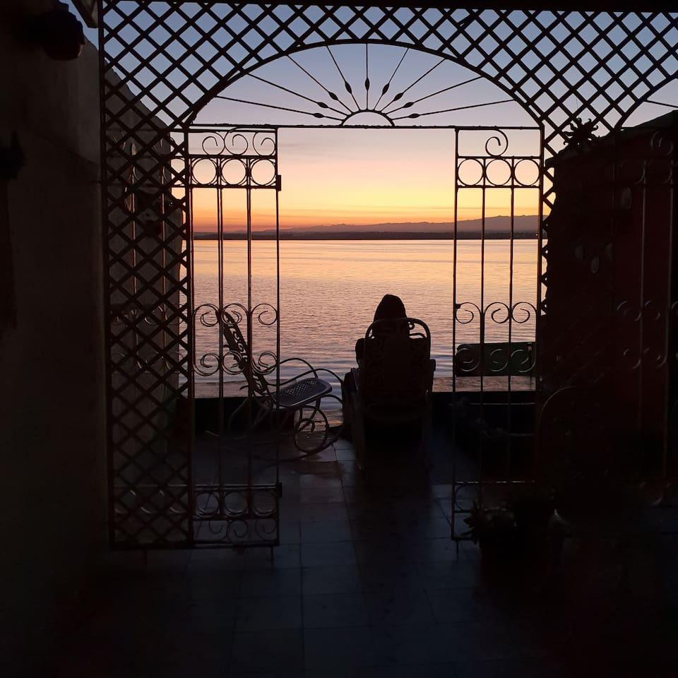 Hostal Villa Tyta terraza con vista al mar