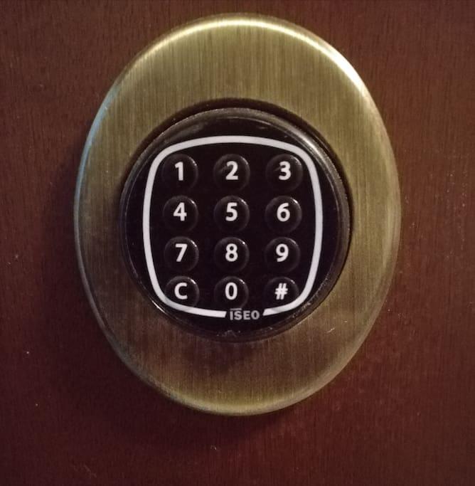 Accesso tramite serratura con codice.