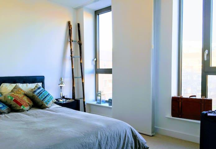 Kingsize bed + private bath in trendy Hackney