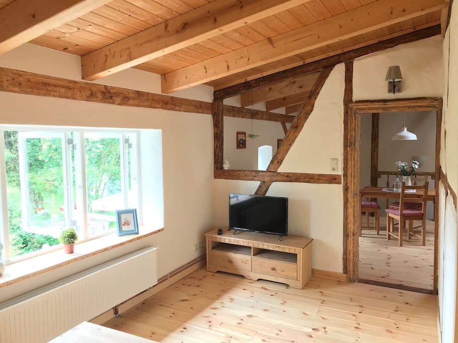 Wohnzimmer mit großem Panoramafenster