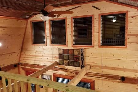 Cedar  Cabin- A quiet getaway secluded on 10 acres