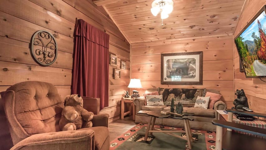 CozyCabinCoveredPorchPetsWelcomeCloseToAttractions
