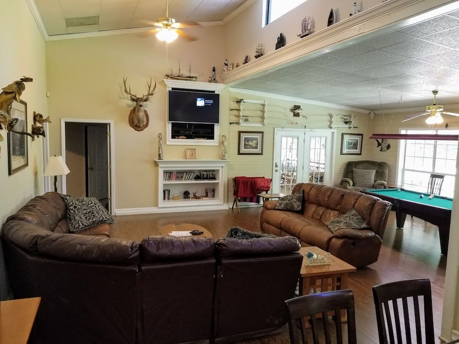 Huge great room for large gathering Pool table, poker table, bar