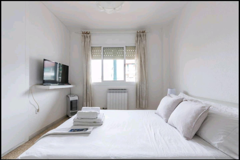 Double room with exterior window, wardrobe, Smart TV, internet, air ventilation and heating.  Habitación doble con ventana exterior, armario, Smart TV, internet, aire ventilación y calefacción.