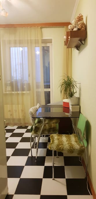 Кухня с выходом на балкон. //Kitchen with access to the balcony.