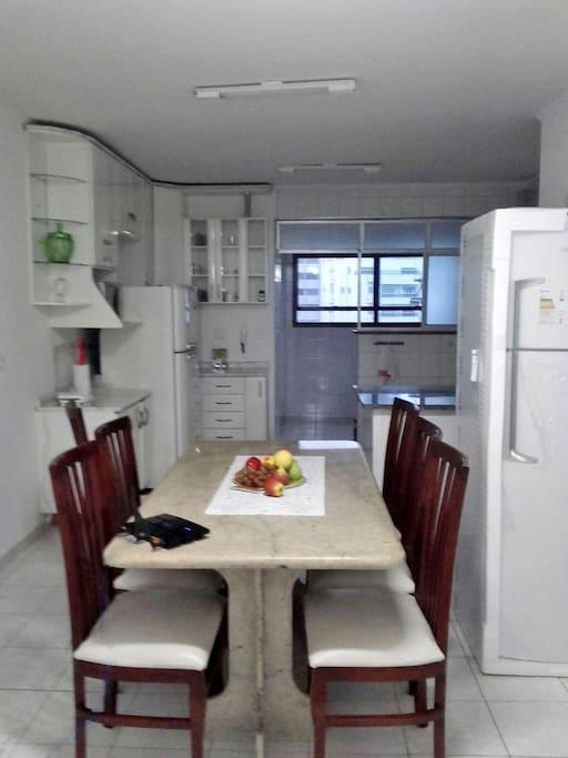 cozinha e copa - ao lado, há uma geladeira nova (acabei de comprar), que será instalada no lugar da antiga.