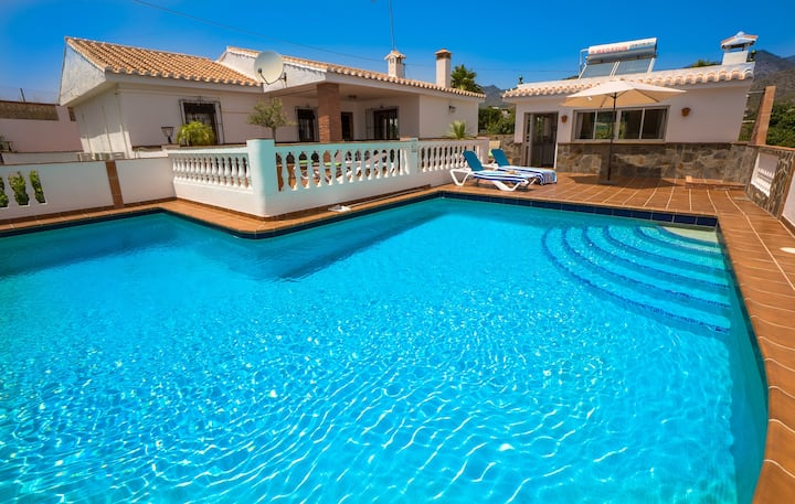 3 BEDROOMS VILLA WITH POOL, A/C, WIFI .