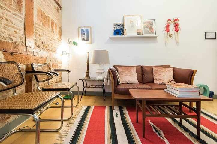 Cozy & stylish apt in the city center. 2 Bath A/C