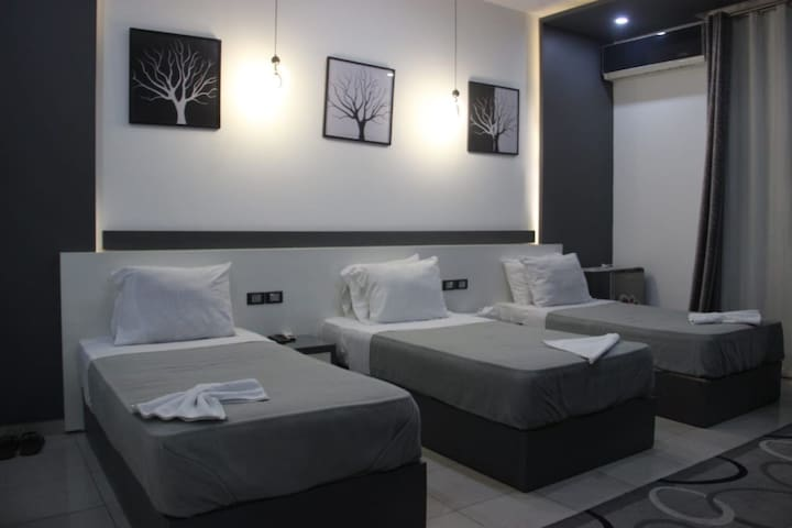 Central Location 3 single Beds Private Ensuite