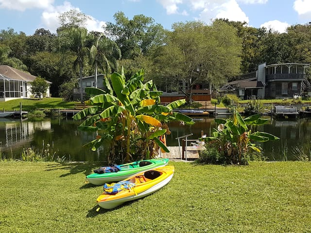 Stay at our Canal Cottage at Weeki Wachee