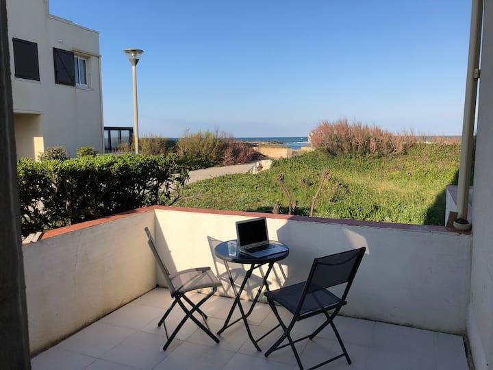 Studio meublé et rénové vue mer, accès privé plage