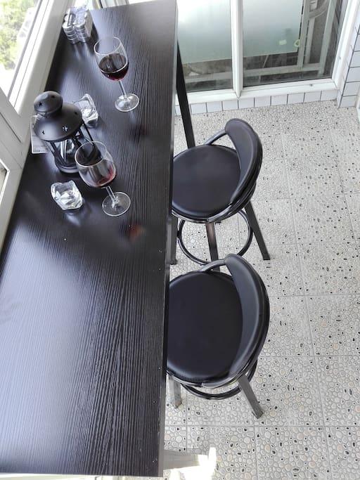 主卧阳台吧台。。