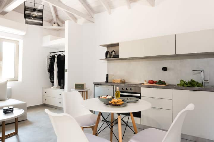 Open-space minimal suite, for 4, pet friendly