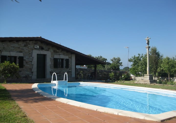 Casa con piscina y jardin privados