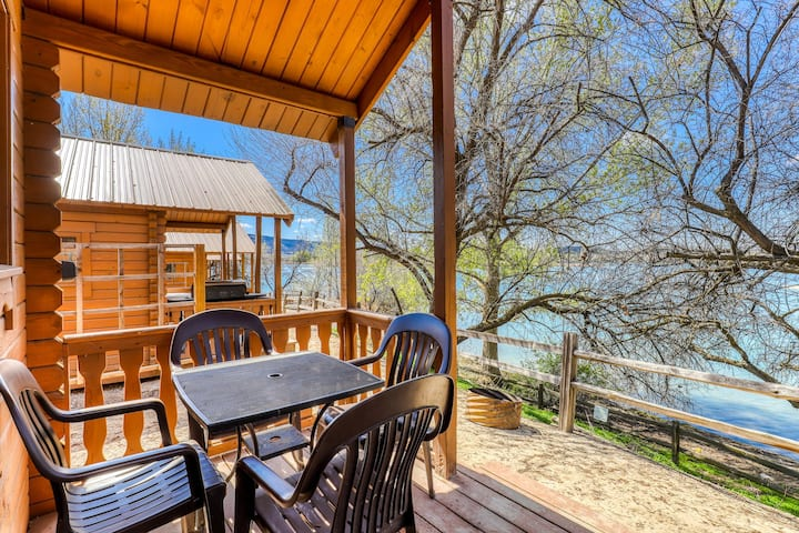 Dry cabin w/ a private porch, BBQ, & loft - overlooking Banks Lake!