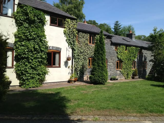 Old Farmhouse, Welsh Hospitality in Vale of Clwyd