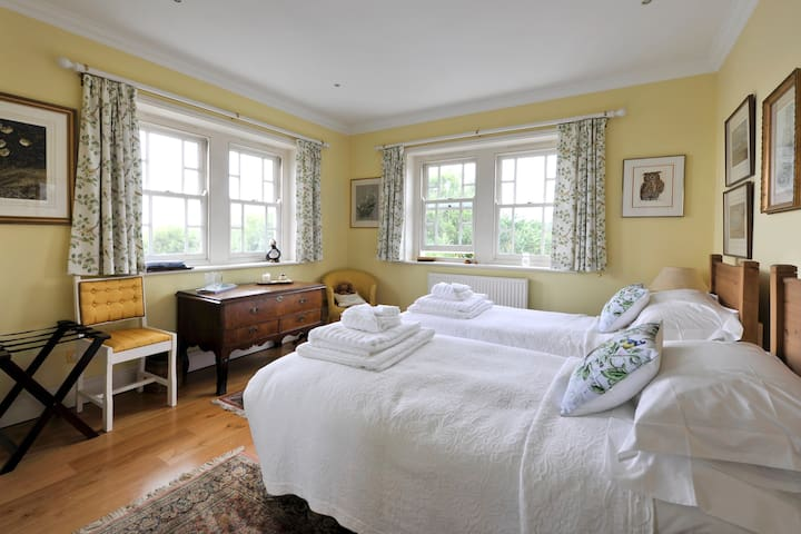Byford House, Aldeburgh. Twin room with ensuite.