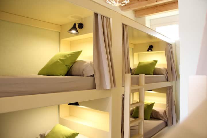 Habitación de 8 camas con baño