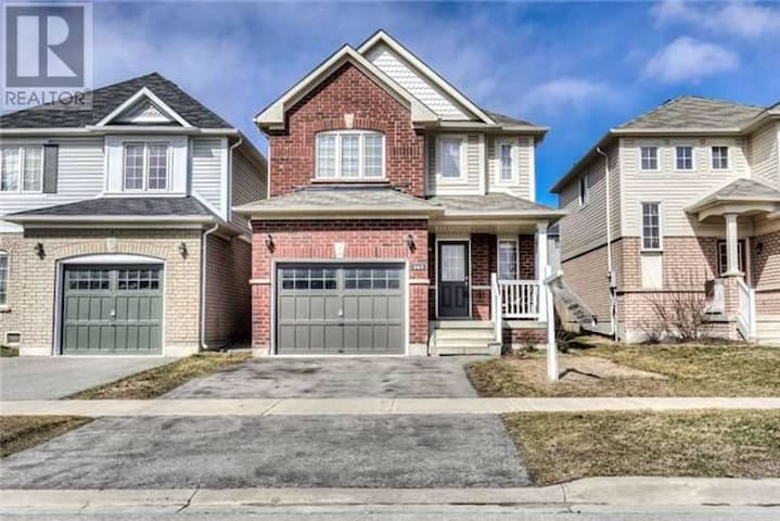 Spacious House in Bowmanville