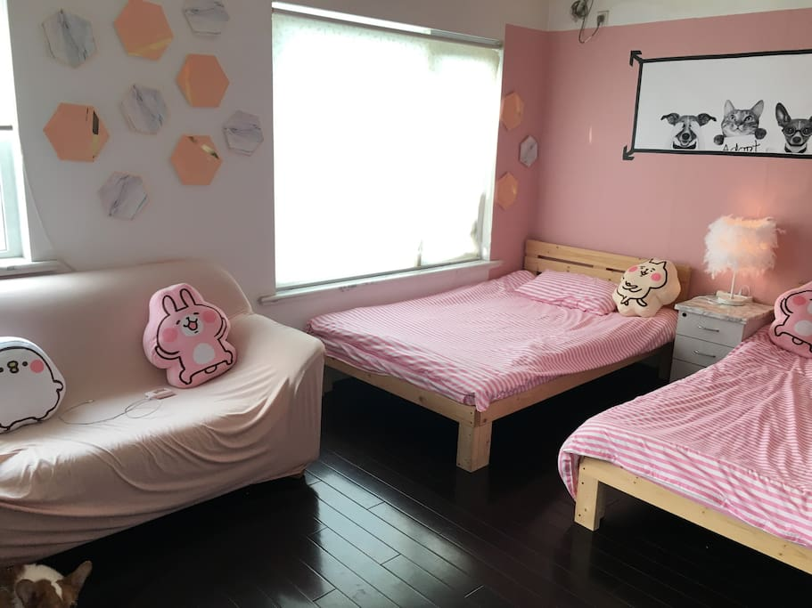 小套房 配有沙发 茶几 有情调小台灯