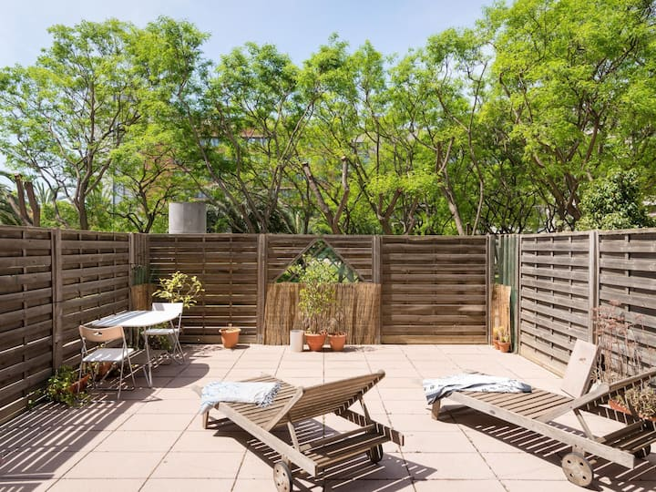 Cozy and bright apartment with private patio in PobleNou