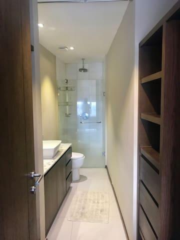 Baño principal con closet /walking closet