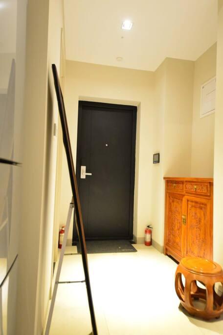 入户感应式门灯,当您夜晚开门时灯自动点亮,老榆木浮雕鞋柜,165*50落地穿衣镜