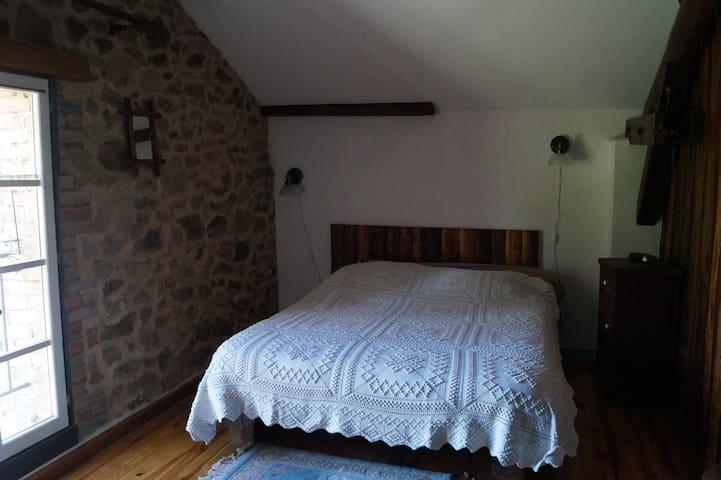 chambre fermée à l'étage, lit 140