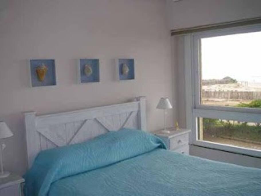 Dormitorio matrimonial, cama doble, buen colchon, almohadas a estrenar. placard amplio, caja de seguridad. vista al mar, solo arena y mar, exelente vista.