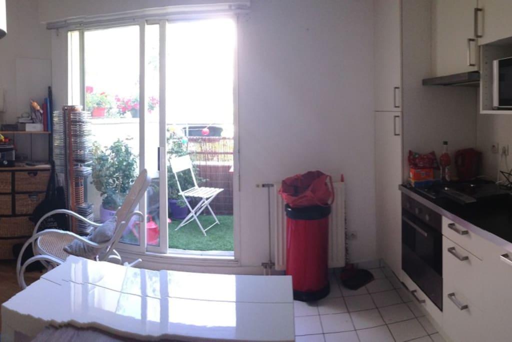 photo panoramique de la cuisine dans la pièce principale