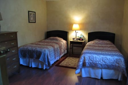 Private room, 2 Twin beds & dedicated bathroom - Columbus - Ház