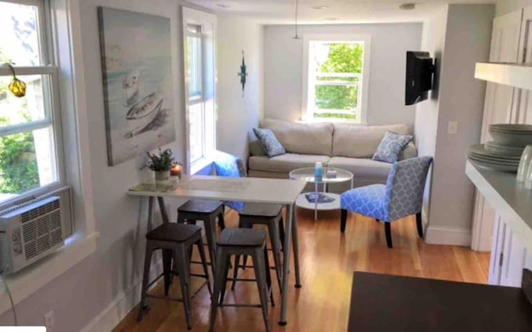 Downtown Newport Charming 2nd floor private suite