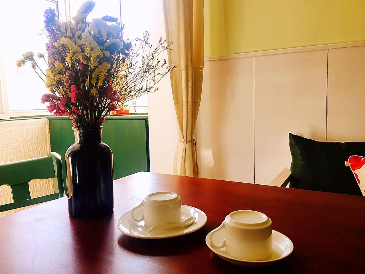 Maggie's Home 位于青岛老城区,体会地道老青岛的生活氛围... 共有两间卧室、一间客厅(带阳台)、独立卫生间、独立厨房... 带给您浪漫情怀的居住感受...