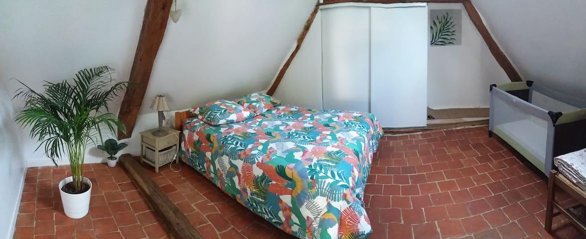 Chambre principale avec lit pour 2 personnes. Lit pliant pour enfant.  Placard.de.rangement.avec porte.manteaux.