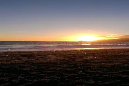 Habitación modesta sólo 3 minutos de la playa - Almería