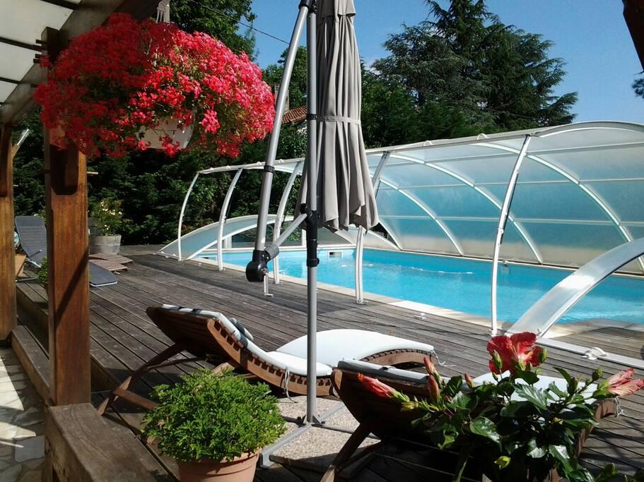 la piscine chauffée et couverte au printemps