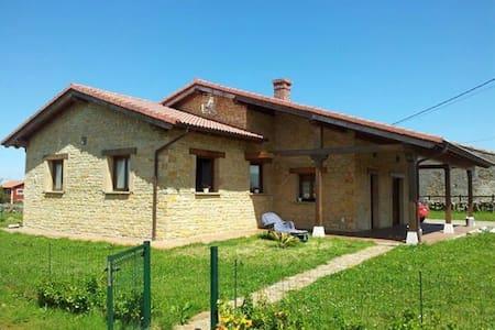 Casa rústica con jardín - Argüero-Villaviciosa