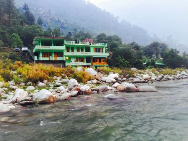 Waterfront Private Rooms - Tirthan Valley, Kullu