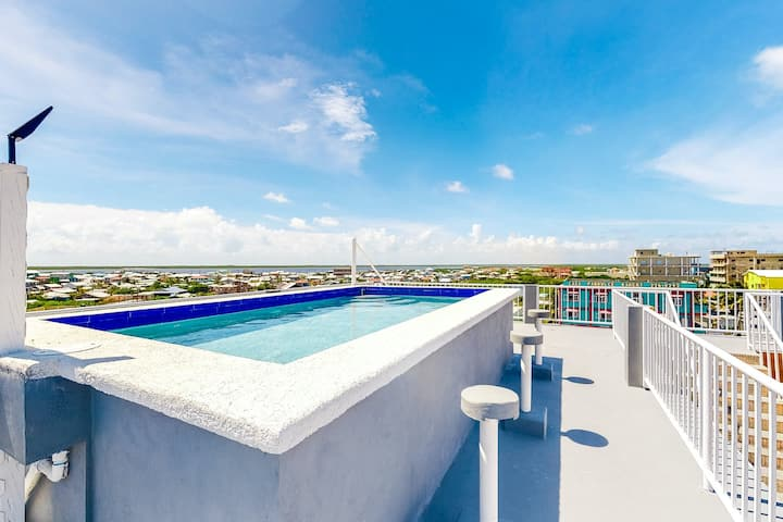 Inviting apartment w/ WiFi & partial AC - steps from the ocean, walk everywhere!