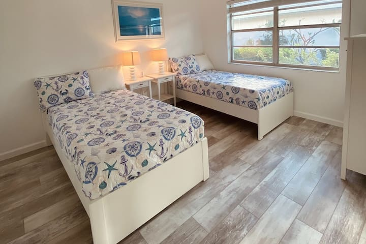 3rd bedroom featuring 2 twin beds